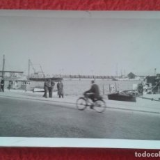 Fotografía antigua: ANTIGUA FOTO PHOTO FOTOGRAFÍA EN EL REVERSO PONE ALICANTE PUERTO 1961, BARCOS MOTO ? BICICLETA ? VER. Lote 270096098
