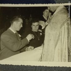 Fotografía antigua: SOCUELLAMOS FOTO REALES ANTIGUA PARROCO EN IGLESIA 1959 BODA TAMAÑO POSTAL MANUSCRITA. Lote 174478955