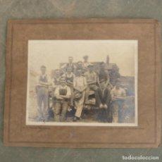 Fotografía antigua: ANTIGUA FOTOGRAFIA DE TRABAJADORES , 21,5 X 16,5. Lote 274922993