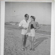 Fotografia antiga: *** R489 - FOTOGRAFIA - PAREJA EN LA PLAYA - NIZA 1953. Lote 276161388