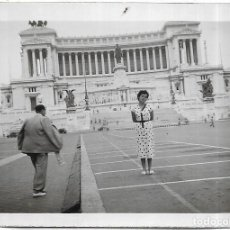 Fotografia antiga: *** CU1103 - FOTOGRAFIA - SEÑORA EN ROMA - PLAZA VENECIA 1953. Lote 276162088