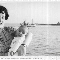 Fotografia antiga: *** GG68 - FOTOGRAFIA - SEÑORA CON SU BEBE EN BRAZOS JUNTO AL MAR 1954. Lote 276388803