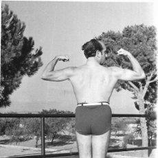 Fotografia antiga: *** GG86 - FOTOGRAFIA - SEÑOR EN BAÑADOR 1954. Lote 276391103