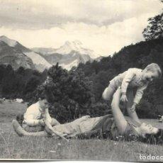 Fotografia antiga: *** NA382 - FOTOGRAFIA - SEÑORA JUGANDO CON SUS NIÑOS EN ORDESA - 1958. Lote 276610073