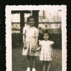 Fotografia antica: 1104 - BONITAS NIÑAS TOMADAS DE LAS MANOS EN EL PARQUE - FOTO 8X6CM 1952. Lote 277031103