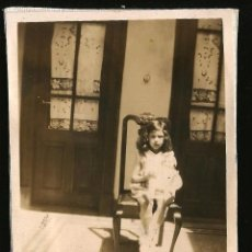 Fotografia antica: 1107 - BONITA NIÑA CON SU MUÑECA - FOTO 8X6CM 1930'. Lote 277031708
