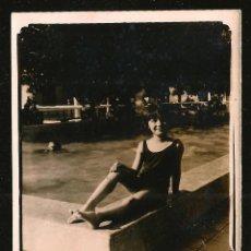 Fotografia antica: 1116 - BONITA NIÑA EN BAÑADOR SENTADA EN LA PISCINA - FOTO 9X7CM 1950'. Lote 277151868