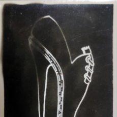 Fotografía antigua: FOTOGRAFÍA ORIGINAL DE COLECCIONISTA DE RETIFISMO DEL DIBUJO DE UN DISEÑO DE ZAPATOS DE BALLET. '60S. Lote 277199248