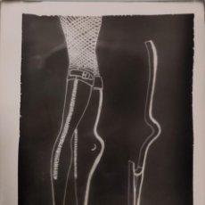 Fotografía antigua: FOTOGRAFÍA ORIGINAL DE COLECCIONISTA DE RETIFISMO DEL DIBUJO DE UN DISEÑO DE BOTINES DE BALLET. '60S. Lote 277199318