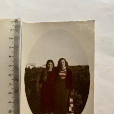 Fotografía antigua: FOTO COLOREADA. DOS HERMANAS O DOS AMIGAS, DE PASEO EN LA FINCA. FOTÓGRAFO?. FECHA, 8 ENERO 1933.. Lote 277520923