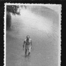 Fotografía antigua: 1201 - HOMBRE EN BAÑADOR EN EL RÍO - FOTO 8X6CM 1940'. Lote 277534223