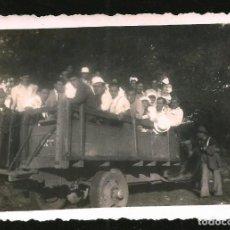 Fotografía antigua: 1202 - HOMBRES SIENDO TRANSPORTADOS EN UN ANTIGUO CAMIÓN - FOTO 8X6CM 1940'. Lote 277534343