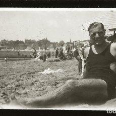 Fotografía antigua: 1203 - HOMBRE EN ANTIGUO BAÑADOR SENTADO EN LA PLAYA - FOTO 11X6CM 1930'. Lote 277534443
