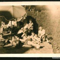 Fotografía antigua: 1204- JOVENES HOMBRES EN BAÑADOR ACOSTADOS EN EL JARDIN JUNTO A LAS BOTELLAS VACIAS FOTO 11X7CM 1950. Lote 277534593