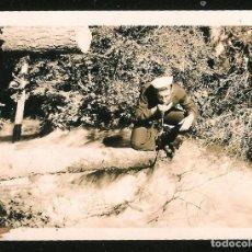 Fotografía antigua: 1206 - JOVEN HOMBRE MARINERO BEBIENDO AGUA DEL ARROYO - FOTO 8X6CM 1940'. Lote 277534738