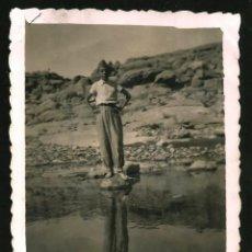 Fotografía antigua: 1208 - NIÑO CON BIRRETE REFLEJADO SOBRE EL RÍO - FOTO 8X6CM 1940'. Lote 277534853