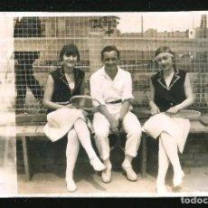 Fotografía antigua: 1210 - SEÑORITAS Y HOMBRE CON SUS RAQUETAS DE TENIS - FOTO 8X6CM 1930'. Lote 277535048