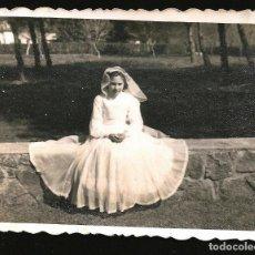 Fotografía antigua: 1211 - NIÑA CON VESTIDO DE COMUNION SENTADA EN EL PARQUE - FOTO 8X6CM 1950'. Lote 277535163