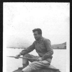 Fotografía antigua: 1213 - JOVEN HOMBRE PESCADOR EN EL BOTE JUNTO A LOS PECES - FOTO 8X6CM 1940'. Lote 277535473