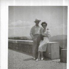 Fotografía antigua: *** AM639 - FOTOGRAFIA - PAREJA EN MONTSERRAT - 1953. Lote 277596173