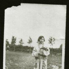Fotografía antigua: 1228 - SEÑORITA CON BATA EN EL CAMPO - FOTO 7X5CM 1929. Lote 277642163