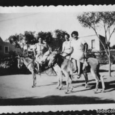 Fotografía antigua: 1230 - ARGENTINA CORDOBA MINA CLAVERO Y MUJERES PASEANDO EN BURROS - FOTO 11X9CM 1950'. Lote 277642633