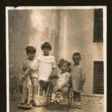 Fotografía antigua: 1231 - NIÑO SOBRE SU CABALLITO DE MADERA JUNTO A OTRAS NIÑAS - FOTO 10X7CM 1923. Lote 277642913