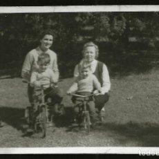Fotografía antigua: 1232 - NIÑOS EN TRICICLOS JUNTO A SUS MADRES - FOTO 9X6CM 1950'. Lote 277643118