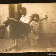 Fotografía antigua: 1233 - HOMBRE LEYENDO EL PERIÓDICO Y NIÑA JUNTO A ÉL - FOTO ALBUMINA 8X6CM 1931. Lote 277643403