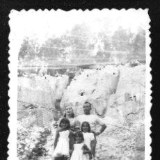 Fotografía antigua: 1234 - NIÑAS JUNTO A SUS PADRES - FOTO 8X6CM 1940'. Lote 277643583