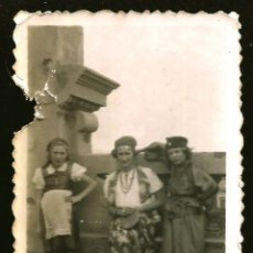 Fotografía antigua: 1235 - NIÑAS VESTIDAS DE GITANAS EN LA TERRAZA - FOTO 8X6CM 1940'. Lote 277643763
