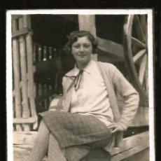 Fotografía antigua: 1236 - SEÑORITA SENTADA Y CRUZADA DE PIERNAS POR EL CORRAL - FOTO 8X6CM 1930'. Lote 277643943