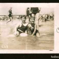 Fotografía antigua: 1253 - NIÑAS EN ANTIGUO BAÑADOR SENTADAS EN LA PLAYA - FOTO POSTAL 1938. Lote 277719428