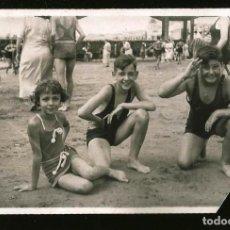 Fotografía antigua: 1254 - NIÑA Y NIÑOS EN ANTIGUO BAÑADOR SENTADOS EN LA PLAYA - FOTO POSTAL 1930'. Lote 277719643