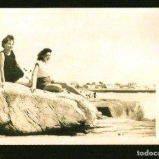 Fotografía antigua: 1255 - SEÑORITA ADOLESCENTE JUNTO A SU MADRE SENTADAS EN LA PLAYA - FOTO POSTAL 1940'. Lote 277719878