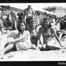 Fotografía antigua: 1256 - SEÑORITAS EN BAÑADOR SENTADAS EN LA PLAYA - FOTO POSTAL 1945. Lote 277720113