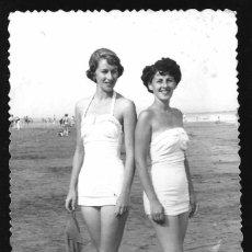 Fotografía antigua: 1258 - SEÑORITAS EN BAÑADOR POSANDO EN LA PLAYA - FOTO POSTAL 1952. Lote 277720238