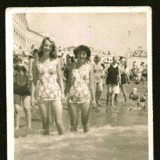 Fotografía antigua: 1259 - SEÑORITAS ADOLESCENTES EN BAÑADOR POSANDO EN LA PLAYA - FOTO POSTAL 1944. Lote 277720363