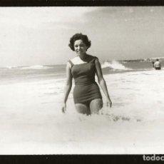 Fotografía antigua: 1260 - SEÑORITA EN BAÑADOR EN LA PLAYA - FOTO 15X9CM 1962. Lote 277720523