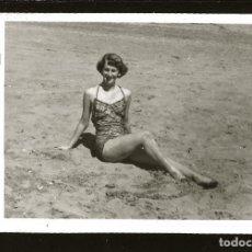 Fotografía antigua: 1262 - SEÑORITA EN BAÑADOR SENTADA EN LA PLAYA - FOTO POSTAL 1949. Lote 277720733