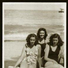 Fotografía antigua: 1267 - SEÑORITA Y ADOLESCENTES ENOJADAS EN BAÑADOR EN LA PLAYA - FOTO POSTAL 1950'. Lote 277721373