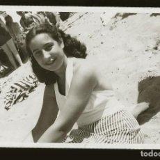 Fotografía antigua: 1266 - SEÑORITA ADOLESCENTE EN BAÑADOR EN LA PLAYA - FOTO POSTAL 1945. Lote 277721463