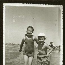 Fotografía antigua: 1268 - NIÑA Y NIÑO FELICES EN BAÑADOR TOMADOS DE LA MANO Y CORRIENDO EN LA PLAYA - FOTO POSTAL 1948. Lote 277721593