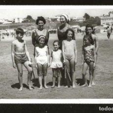 Fotografía antigua: 1269 - BONITAS NIÑAS Y NIÑO EN BAÑADOR JUNTO A SUS MADRES EN LA PLAYA - FOTO POSTAL 1962. Lote 277721693