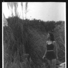 Fotografía antigua: 1270 - SEÑORITA ADOLESCENTE EN ANTIGUO BAÑADOR JUNTO A LAS CAÑAS - FOTO 11X8CM 1930'. Lote 277722268