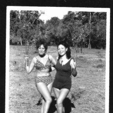 Fotografía antigua: 1271 - SEÑORITAS FELICES EN BIKINI Y BAÑADOR POR EL CAMPO - FOTO 11X8CM 1971. Lote 277722353