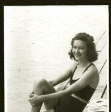 Fotografía antigua: 1273 - BONITA SEÑORITA ADOLESCENTE EN ANTIGUO BAÑADOR SENTADA POR EL MUELLE - FOTO 11X8CM 1940'. Lote 277722638