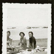 Fotografía antigua: 1274 - BONITA SEÑORITAS ADOLESCENTES EN BAÑADOR SENTADAS EN LA PLAYA - FOTO 9X6CM 1950'. Lote 277722713