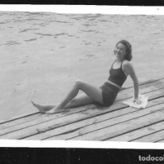 Fotografía antigua: 1277 - BONITA SEÑORITA ADOLESCENTE EN ANTIGUO BAÑADOR SENTADA EN EL MUELLE - FOTO 9X6CM 1940'. Lote 277722778