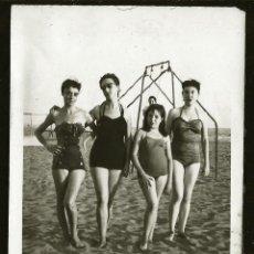 Fotografía antigua: 1278 - SEXY SEÑORITAS ADOLESCENTES Y NIÑA EN BAÑADOR Y GAFAS DE SOL EN LA PLAYA - FOTO 10X7CM 1940'. Lote 277722943